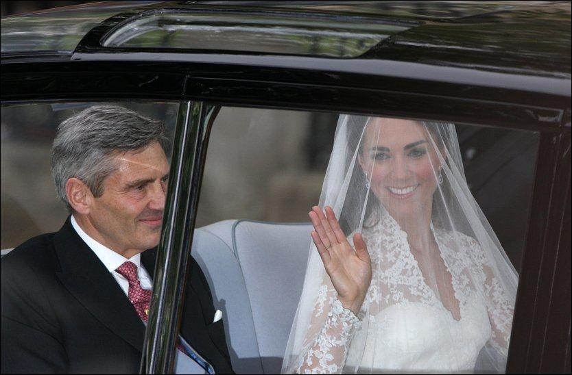 SAMMEN MED PAPPA: Kate Middleton og pappa Michael på vei til kirken. Foto: Pa Photos