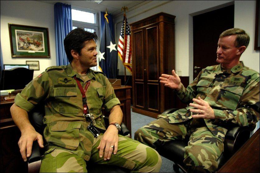 I STUTTGART: - Vi tar krigen til fienden, uansett hvor han måtte oppholde seg, sa Bill McRaven til VG i 2007. Her er han avbildet med Magne Rødahl. Foto. Harald Henden