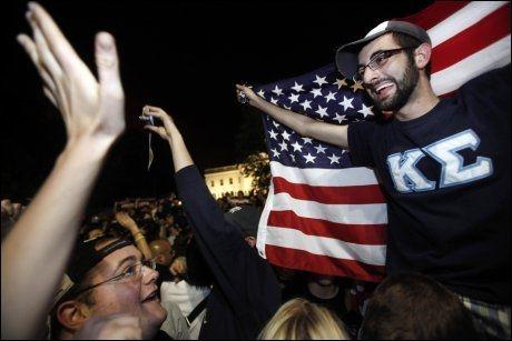 FEIRER: Amerikanere brøt ut i spontan jubel etter at nyhetene om at Osama bin Laden ble drept, ble kjent i USA. Foto: AP