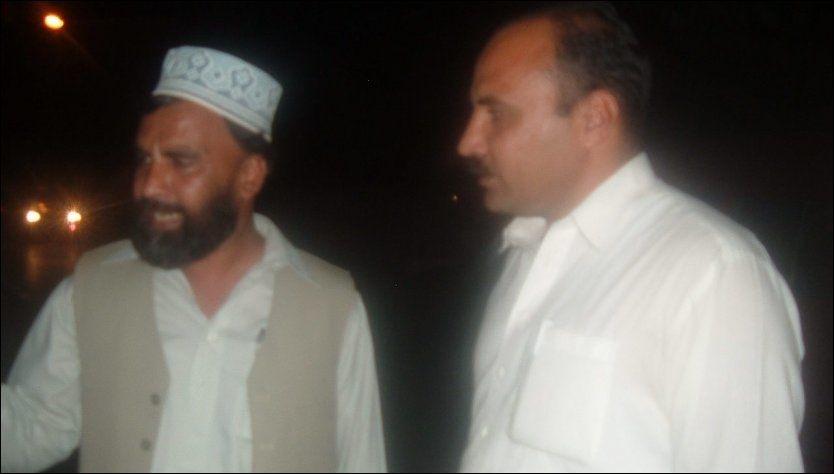 I PAKISTAN: Journalist Shujaat Ali Khan snakker med en lokal mann nær Osama bin Ladens bolig. Foto: Shujaat Ali Khan