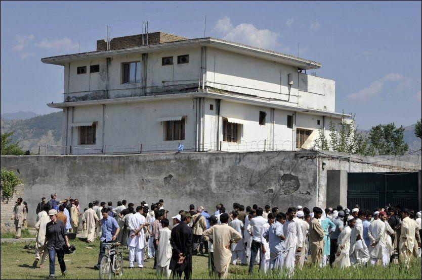 FLOKKER SEG RUNDT HUSET: Lokalbefolkning og presse fikk tirsdag komme på nært hold av Osama bin Ladens skjulested i Pakistan. Foto: AFP