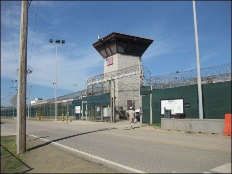 HØYE MURER: På Guantánamo sitter 172 fanger som amerikanerne mener er terrorister.Foto: AFP
