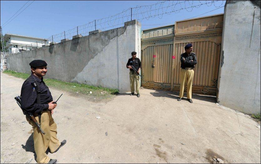 NÆRE PÅ: Soldater fra USA var stasjonert like ved huset i Abbottabad. Her står pakistanske tropper vakt ved porten i dag. Foto: AFP