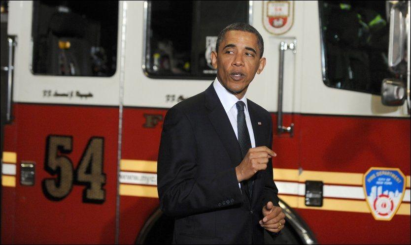 HYLLEST: Barack Obama lovte brannmennene at USA aldri ville glemme. Foto: AP