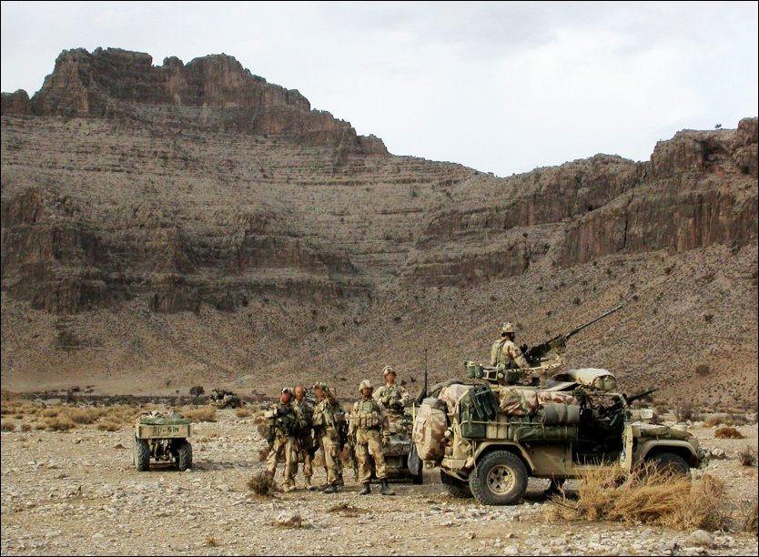 KRIGSRÅD: Her er de norske marinejegerne klar over at Taliban ligger i bakhold. Legg merke til at hjelmene er på og toppskytterne er klare. Foto: MJK