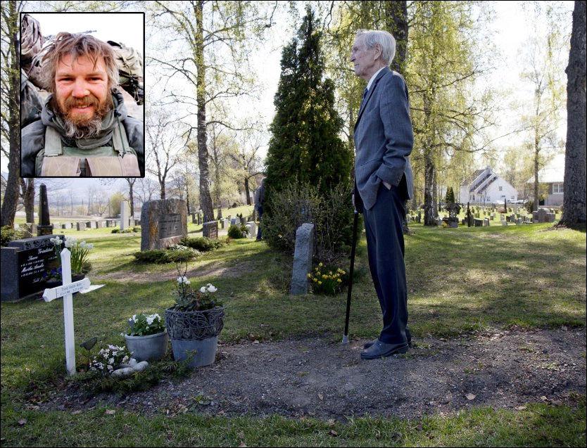 KRIGSHELTER: Gunnar Sønsteby på graven til Trond André Bolle, som i dag mottar Krigskorset post mortem. Foto: JANNE MØLLER-HANSEN/MJK