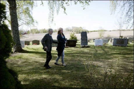 GIKK SAMMEN: Gunnar Sønsteby på Hoff kirkegård sammen med Bjørg Gjestvang, enken etter Trond André Bolles. Foto: JANNE MØLLER-HANSEN