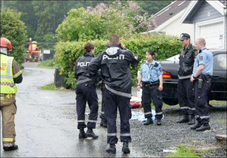 SLEPT HIT: Øyenvitner så 13-åringen bli slept bort fra ulykkesstedet. Hun ble funnet igjen under denne bilen, i et boligområde på Bjerkås i nabokommunen Asker. Foto: Jonny Olsen/SCANPIX