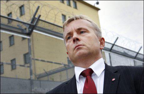 JUSTISMINISTER: Knut Storberget, her fotografert utenfor Oslo fengsel, sier at de landene som prøver å forverre fangenes forhold er de samme landene som sliter med mest kriminalitet. Foto: Scanpix