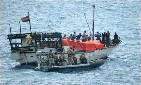 NYTT KAPRINGSFORSØK: Et norskeid skip ble forsøkt kapret i dag i Aden-bukta. Her er et australsk marinefartøy som border et fartøy kapret av somaliske pirater. Foto: Afp