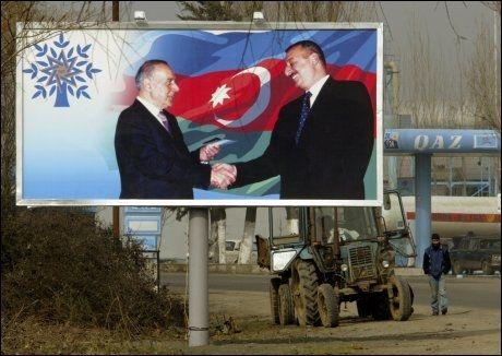 FAMILIEDYNASTI: President Ilham Aliejev overtok makten etter faren, og kritikere hevder at venner og familie av presidenten sitter på det meste av både penger og makt i den oljerike ex-sovjetstaten Aserbajdsjan. Foto: AP