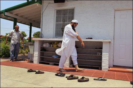 ARRESTERT: Ikram Khan går til moskeen for å be etter at faren hans og to av brødrene ble arrestert for terrorstøtte i Miami i Florida. Foto: Afp