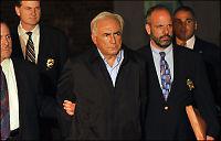 Her føres IMF-sjefen bort av politiet
