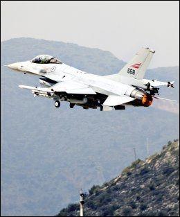 LIBYA-EFFEKT?: Det massive dataangrepet mot Forsvaret skjedde bare dager etter de første norske toktene over Libya. Her tar en norsk F-16 av fra Souda Bay-basen på Kreta. Foto: LARS MAGNE HOVTUN, Forsvaret