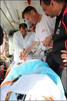LEGER UTEN GRENSER: Norske Morten Rostrup er en av mange leger som jobber i krigs- og katastrofeområder verden over. Her er Rostrup i aksjon i Libya i april. Foto: Tristan Pfund / MSF