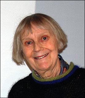 DREPT: Tekstilkunstner Turid Holter (75) fra Fredrikstad. Foto: Eva Fretheim, Moss Avis