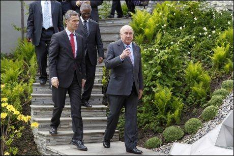 ANDRE TANKER: Frederik De Klerk (t.h.) og Thabo Mbeki var på besøk i statsministerboligen 13. mai. Under en pause i møtene, fikk de hilse på anden «Veranda». Foto: Håkon Mosvold Larsen / Scanpix