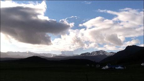 ASKESKY: Her ser en tydelig den grå askeskyen fra vulkanutbruddet. Foto: Thora J. Jonasdottir