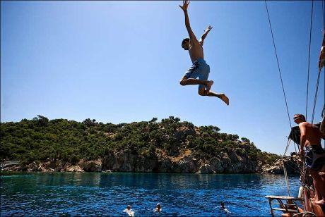 BILLIG NÅ: Tyrkia er blant ferielandene som selges aller billigst nå i mai. Fra gületbåten bader du fra dekk - eller hopper fra taket. Foto: Terje Bringedal Foto: