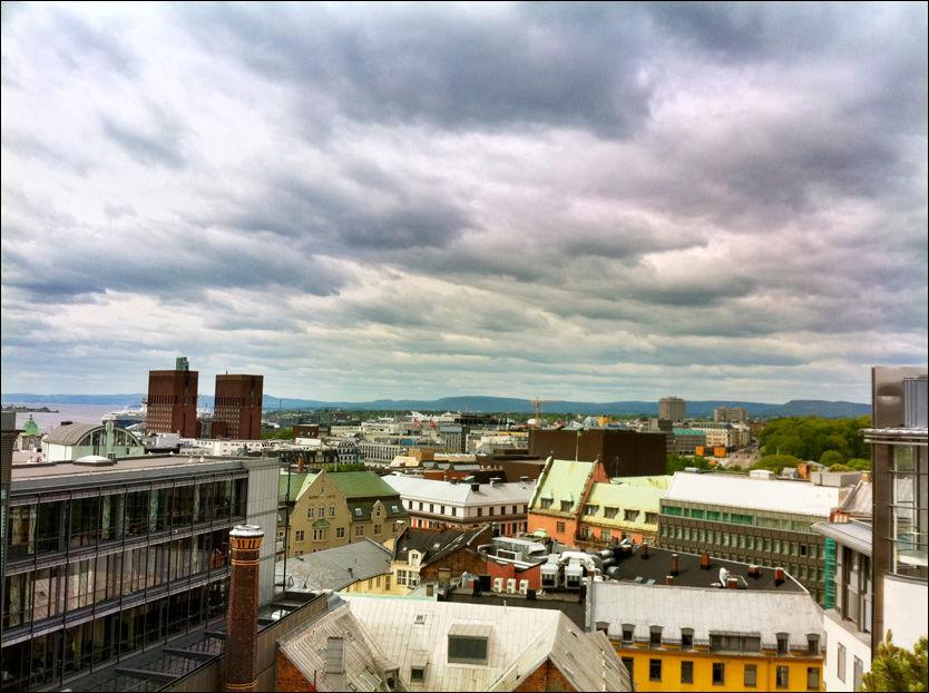 OSLO I DAG: Slik var utsikten over Oslo sett fra VG-taket lørdag formiddag. Tilsynelatende uten noen tegn til dommedag. Foto: DAVID ANDRESEN