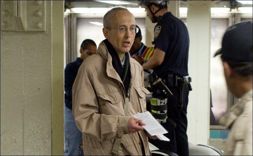 UTDELER: Her delte Robert Fitzpatrick ut informasjon om dommedag i New York. Men han tok feil. Foto: Wenn.com