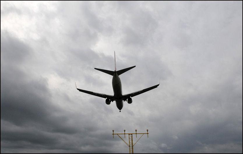 VI KAN FLY IGJEN: Et Boeing 737-fly går inn for landing på Arlanda flyplass utenfor Stockholm tirsdag. Ifølge Avinor går fastlands-Norge klar av askeskyen onsdag.
