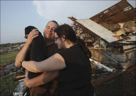 LYKKELIG GJENFORENING: Maggie Kelley og ektemannen ,Trey Adams, fant mandag familiens kjæledegge i ruinenen av deres hjem. Foto: Ap