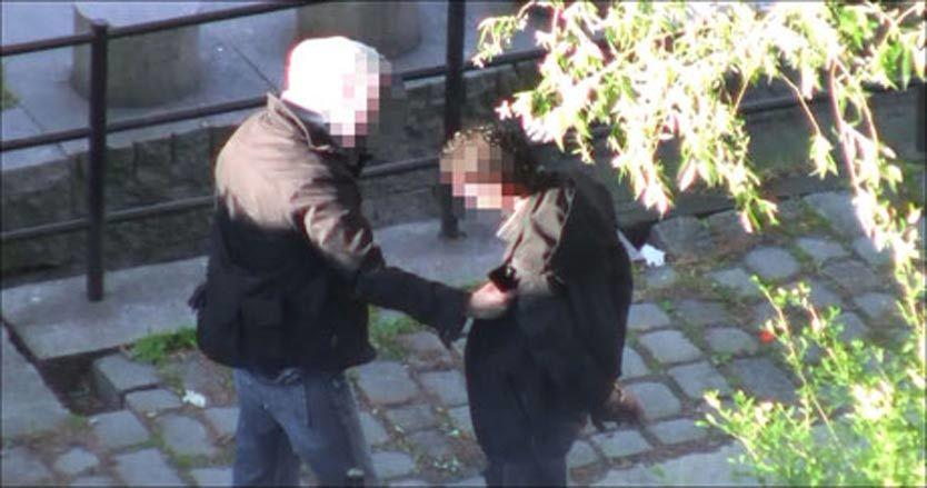 TATT PÅ FERSKEN: Dette bildet er fra noen år tilbake da en asylsøker ble pågrepet for narkosalg langs Akerselva i Oslo. Dersom Stoltenberg får det som han vil, kunne denne asylsøkere ha blitt sendt til bygda som straff. Foto: OLA HARAM