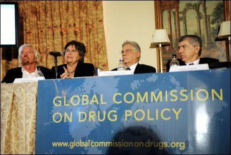 UT MOT KRIGEN: I regi av USA har «Krigen mot narkotika» blitt et etablert begrep for å bekjempe narkotikabruk i hele verden. En kommisjon med nåværende og tidligere samfunnstopper mener krigen har vært totalt feilslått. Her fra venstre: Richard Branson (Virgin-sjef), Ruth Dreifuss (Eks-president i Sveits), Fernando Henrique Cardose (eks-president i Brasil) og Cesar Gaviria (eks-president i Colombia). Foto: AFP