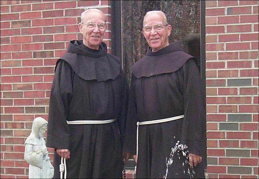 BLE FØDT OG DØDE SAMMEN: Adrian og Julian Riester (92) døde 1. juni, med bare få timers mellomrom. De tilbrakte mesteparten av livet sitt sammen. Foto: St. Bonaventure University