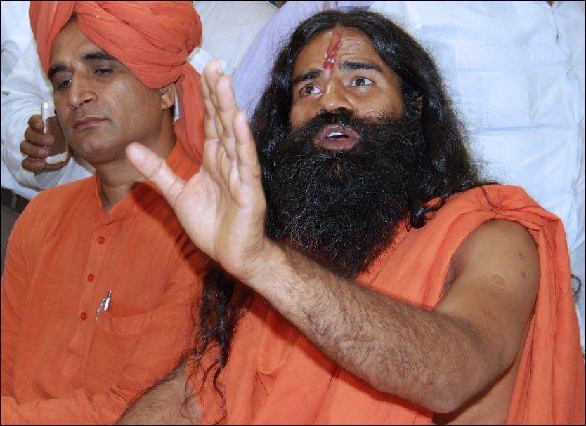 Indias berømte guru Swami Ramdev, her avbildet den 2.juni, innledet en sultestreik i protest mot korrupsjon i New Delhi lørdag. Søndag ble 30 mennesker såret da politiet brøt inn og avsluttet aksjonen. Foto:AP