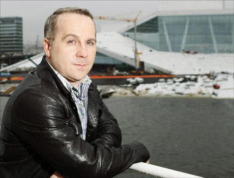 MED FRA BEGYNNELSEN: Paul Curran poserer stolt foran den uferdige Operaen i Oslo som nyansatt sjef tilbake i 2007. Foto: SCANPIX