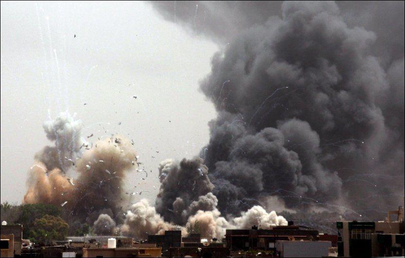 BOMBER TIME ETTER TIME: MEllom 30 og 60 bomber skal ha blitt sluppet over den libyske hovedstaden Tripoli tirsdag. Foto: AP