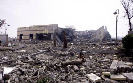 Denne bygningen ble totalødelagt under et av Natos angrep på Tripoli tirsdag. Foto: AP