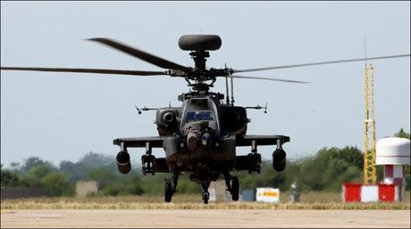 APACHE-HELIKOPTER: NATO har satt inn kamphelikoptre i Libya for å få økt fleksibilitet til å spore opp Gaddafis styrker. Foto: Pa Photos