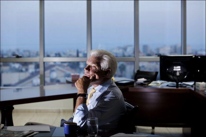 OVERVÅKET: Arne Treholt ante ingenting om at han hadde blitt overvåket og etterforsket før han ble pågrepet på Fornebu i 1984. I dag må han overvære Gjenopptakelseskommisjonens pressekonferanse på TV hjemme på Kypros. Foto: Jørgen Braastad/ VG