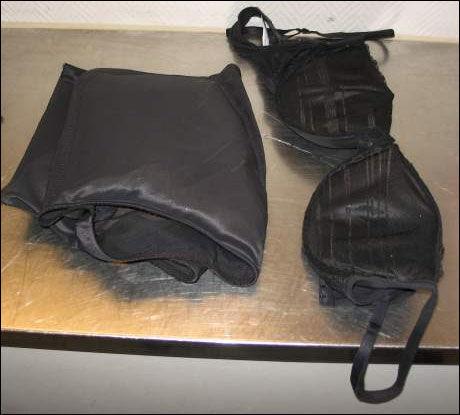 SMUGLING: Kvinnen hadde tre kilo kokain i truse og brystholder. Foto: Tollvesenet. Foto: