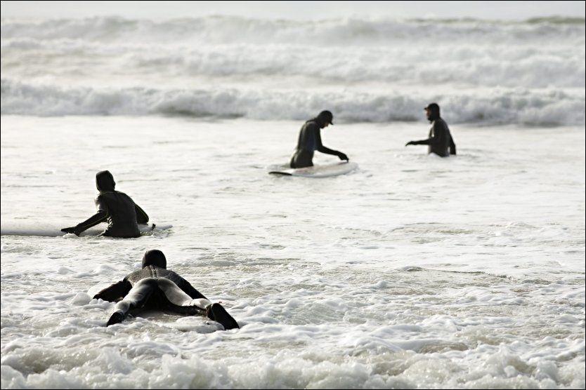 NYBEGYNNERE: Første utfordring er å komme seg ut i vannet og ha kontroll på brettet. Foto: CHARLOTTE SVERDRUP