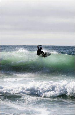 PROFF: Drevne surfere surfer på bølgeveggen. Da kan man bare være én person per bølge. Foto: CHARLOTTE SVERDRUP