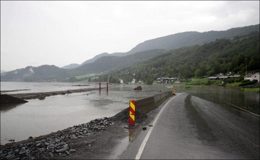 UNDER VANN: Den nye E6 nord for Øyer sto lørdag godt under vann. Den nye veien koster flere milliarder kroner. Foto: GEIR OLSEN