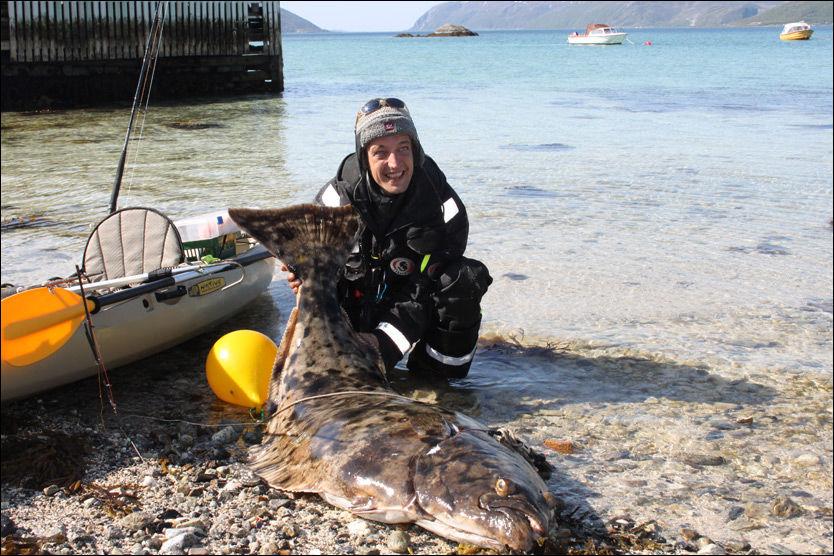 STORFANGST: Fiskeren Henrik Bolten poserer her sammen med sitt siste fisketrofé. Foto: Martine Elstad