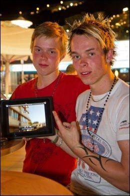 FØLGER MED: Brødrene Espen og Daniel Vad synes det er kult med høye hopp, men ville ikke gjort det selv. Foto: Bård Ove Myhr