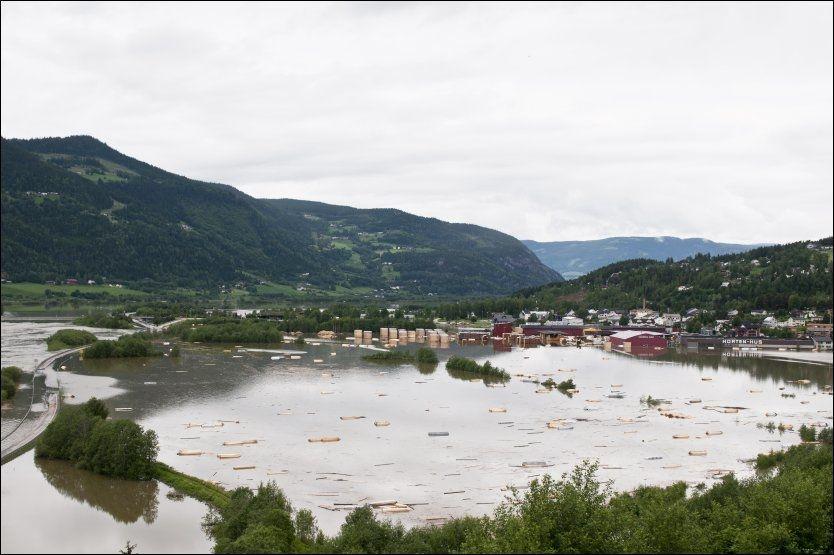 STORE SKADER: Dette bildet viser hvor høyt vannet sto i Fåvang. Foto: Scanpix