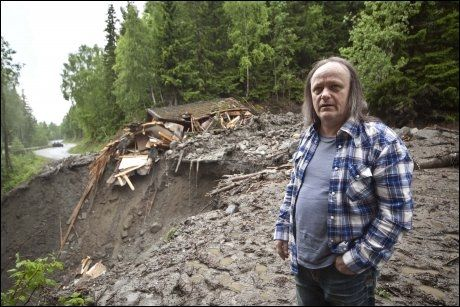 HUSLØS: Kai-Robert Hagen opplevde at et ras feide med seg huset hans. Foto: Geir Olsen