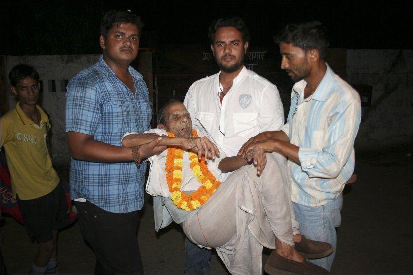 SLUPPET FRI: 108 år gamle Brij Bihari Pandey ble sluppet fri fredag. Pandey, som er Indias eldste fange, måtte bæres ut av fengselet da han ikke lenger kan gå. Foto: Afp