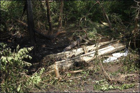 TOK FYR: På ulykkesstedet kan man se spor av den utbrente bilen. Foto: AP