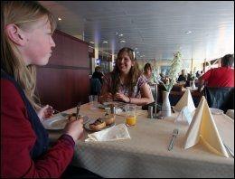 FIN RESTAURANT: Janne Lill Nystrand og Marte Tollefsen fra Porsgrund videregående skole nyter maten i buffetrestauranten på Color Viking på vei til klassetur i Sverige. Foto: Mona Langset