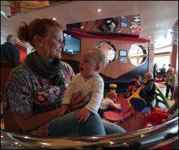 LEKEKROKEN: Sara Bengtson pleier å ta med barna Anton (på fanget) og Linn (bak) til lekekroken på Color Viking. De bor i Sverige, men reiser ofte til slektninger i Norge. Foto: Mona Langset
