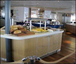 RESTAURANTEN: Buffeten på Fjordline Express er ikke så stor, men maten er helt OK. Foto: Mona Langset