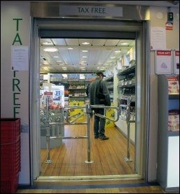 TAXFREE: Også på den minste fergen er det en taxfreebutikk. Foto: Mona Langset